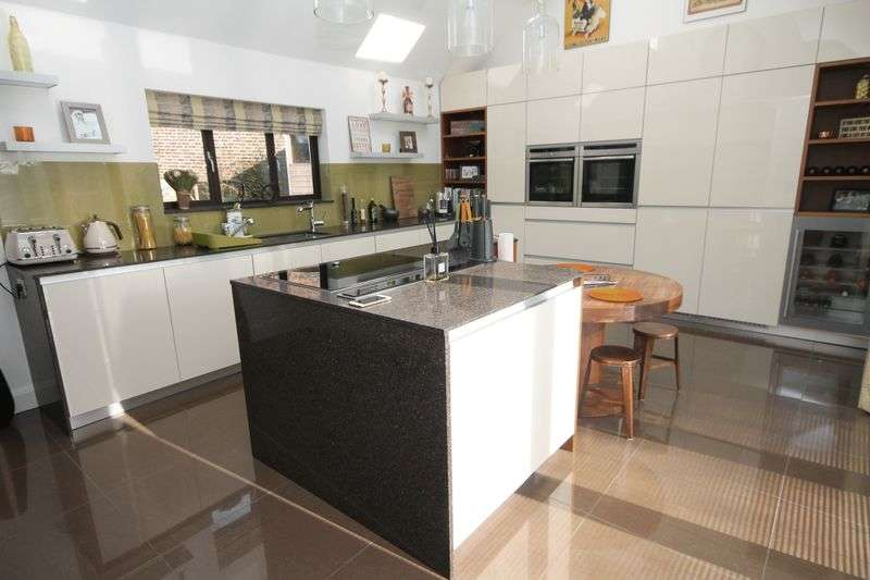 3 Bedrooms Semi Detached House for sale in Barton Close, Chigwell
