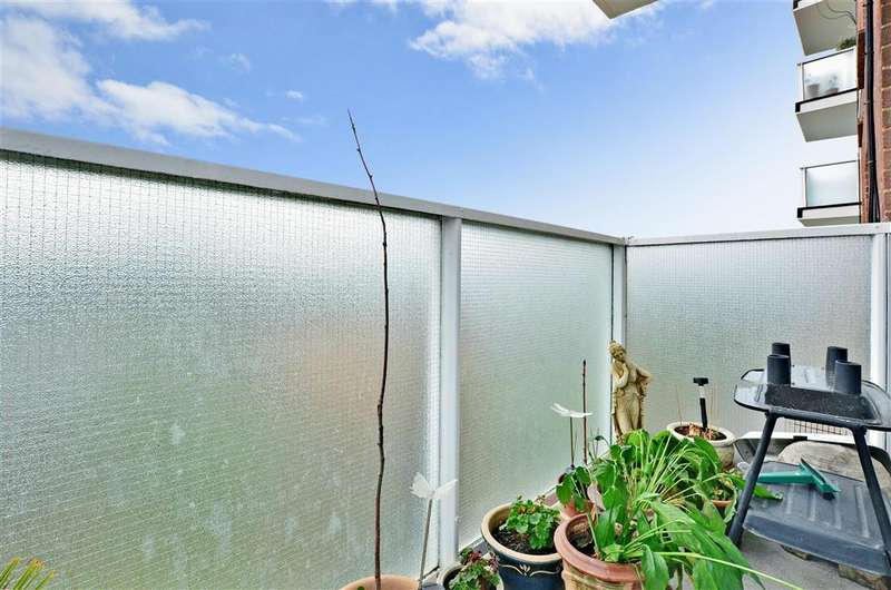 2 Bedrooms Flat for sale in Basinghall Gardens, Sutton, Surrey