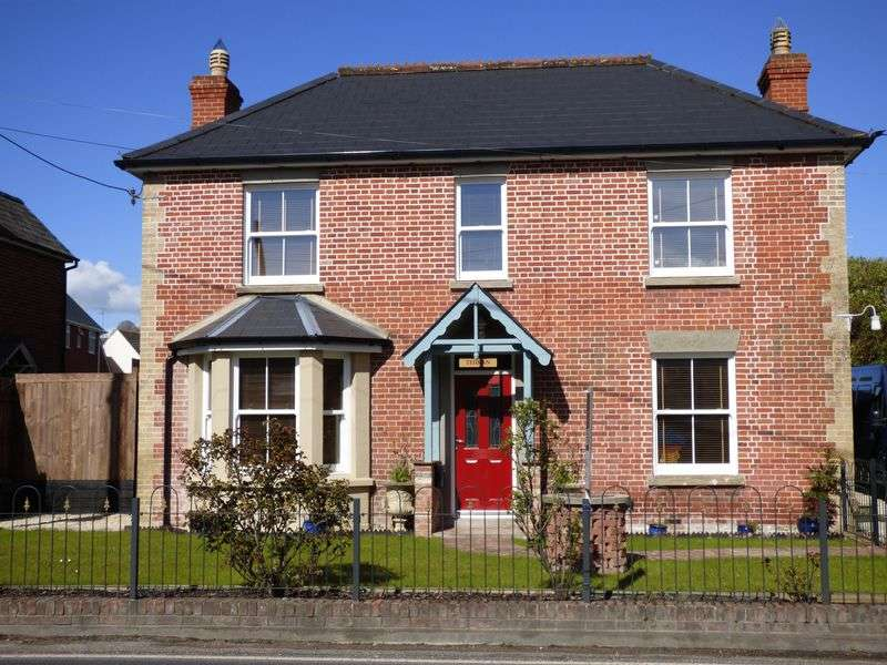 3 Bedrooms Detached House for sale in Warminster Road, South Newton