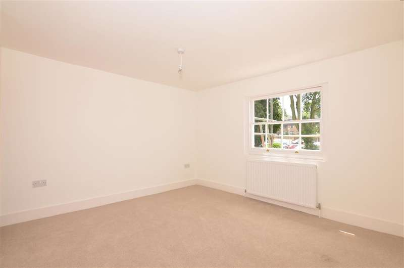 3 Bedrooms Duplex Flat for sale in New Road, Chatham, Kent