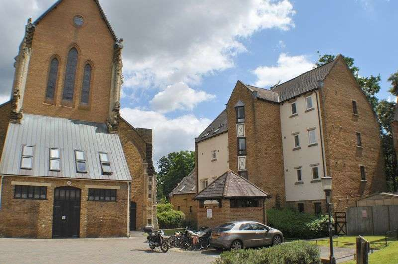 2 Bedrooms Flat for sale in Cloister Close, Teddington