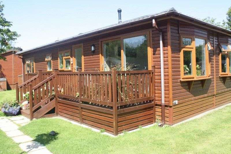 2 Bedrooms Bungalow for sale in 5 Red Robin Row, Lawnsdale Country Park, Moss Side, Lytham, Lancashire, FY8 4NA