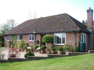 3 Bedrooms Bungalow for sale in Park Crescent, Midhurst, West Sussex