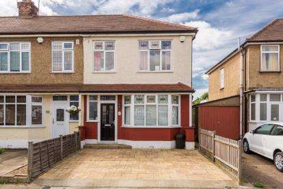 3 Bedrooms End Of Terrace House for sale in The Mawneys, Romford, Essex