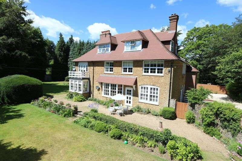 2 Bedrooms Flat for sale in Mark Way, Godalming