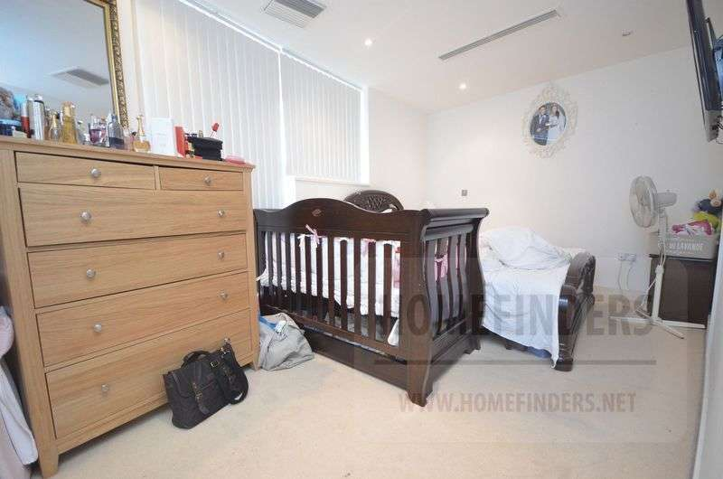 3 Bedrooms Flat for sale in Basin Approach, Royal Docks, E16