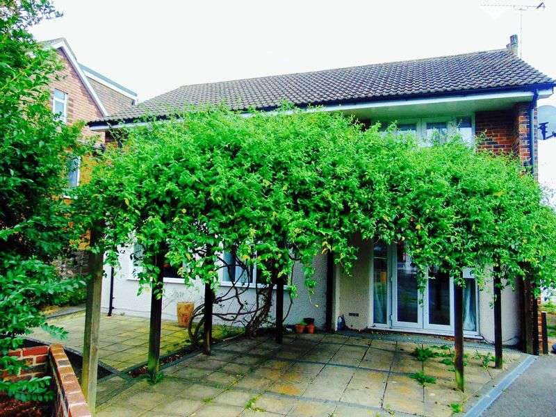 2 Bedrooms Flat for sale in Parkway, HORLEY, Surrey