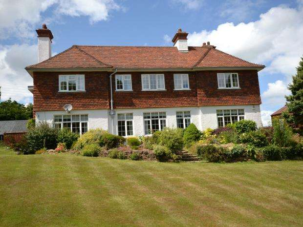 2 Bedrooms Flat for sale in Montague House, Moorlands Road, Budleigh Salterton, Devon