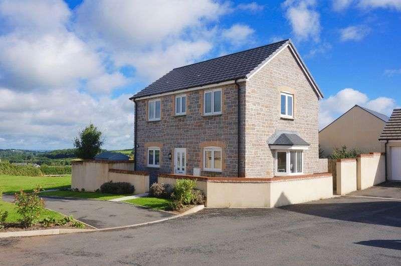 3 Bedrooms Detached House for sale in Hillside Drive, Okehampton, EX20 1UN