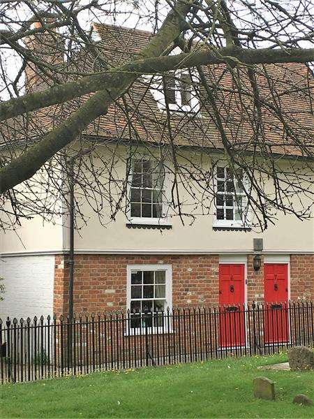 2 Bedrooms Terraced House for sale in Churchyard, Ashford