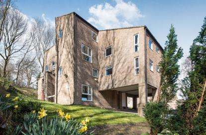 2 Bedrooms Flat for sale in Frizley Gardens, Bradford, West Yorkshire