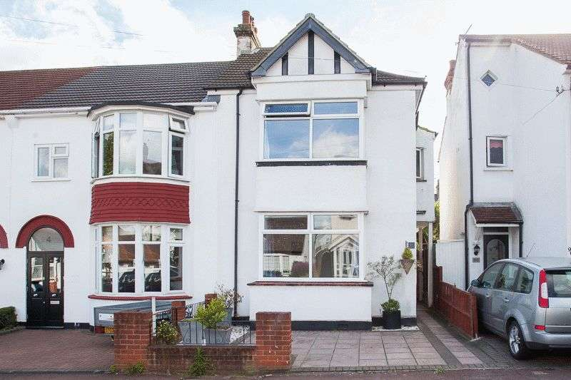 3 Bedrooms Terraced House for sale in Dundonald Drive, Leigh-On-Sea