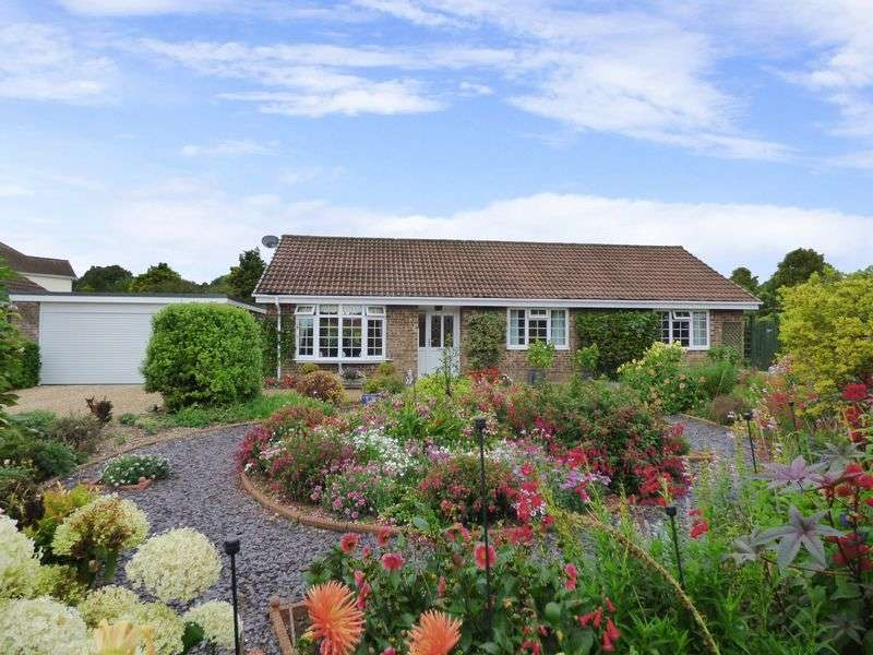 3 Bedrooms Detached Bungalow for sale in Cobley Close, East Woodyates