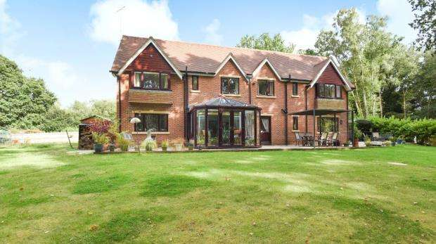 4 Bedrooms Detached House for sale in Kennels Lane, Farnborough, Hampshire