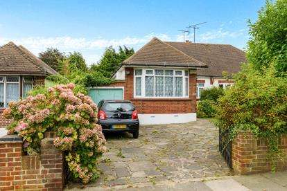 3 Bedrooms Bungalow for sale in Westcliff-On-Sea, Essex, United Kingdom