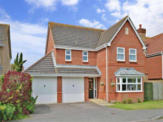 4 Bedrooms Detached House for sale in May Close, Climping, West Sussex, BN17