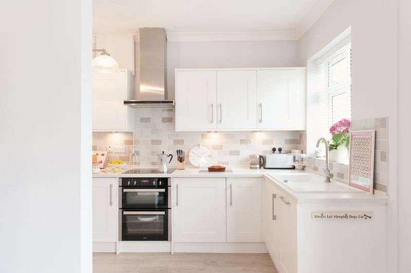3 Bedrooms Semi Detached House for sale in Aylesbury Road, Hockley Heath