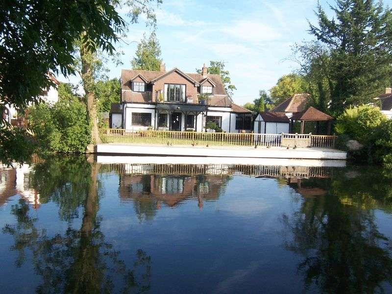5 Bedrooms Detached House for sale in Riverside Avenue, Broxbourne