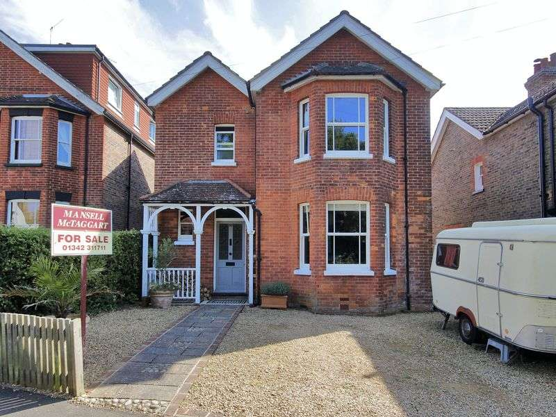 3 Bedrooms Detached House for sale in Dunnings Road, East Grinstead, West Sussex