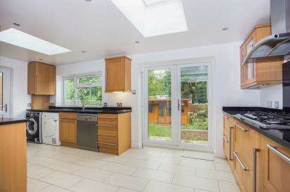 4 Bedrooms Semi Detached House for sale in Whitegate Gardens, Harrow