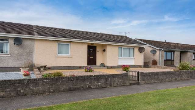 3 Bedrooms Semi Detached Bungalow for sale in Seaview Road, Sandend, Banff, AB45 2UE