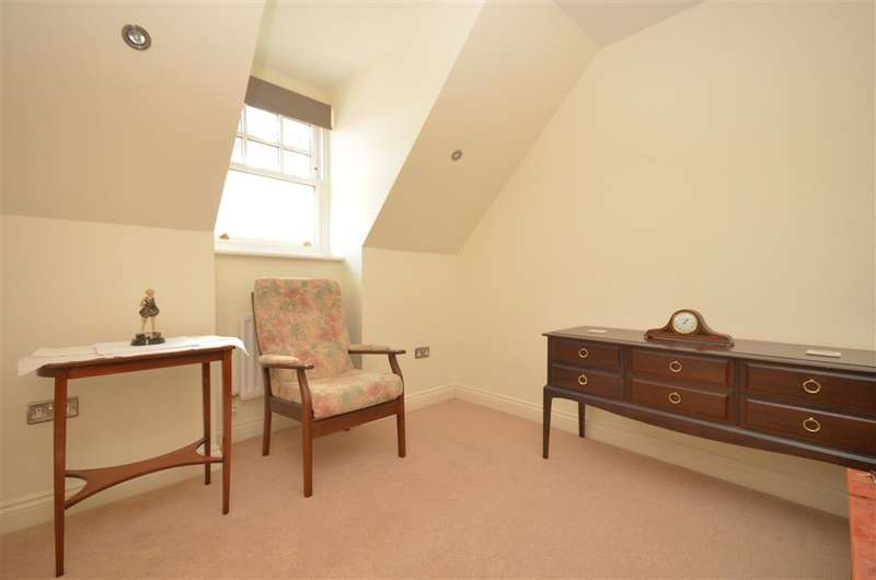 2 Bedrooms Flat for sale in West Avenue, Worthing, West Sussex