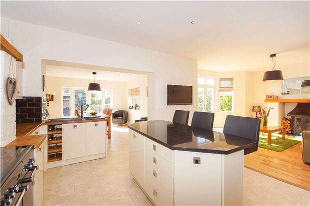 4 Bedrooms Semi Detached House for sale in London Road, Warmley, BS30 5JL