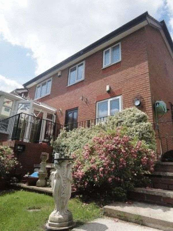 4 Bedrooms Detached House for sale in Chadwick Crescent, Dewsbury