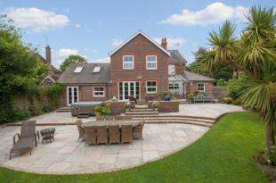 5 Bedrooms Detached House for sale in Sandhills Road, Barns Green, Horsham, West Sussex