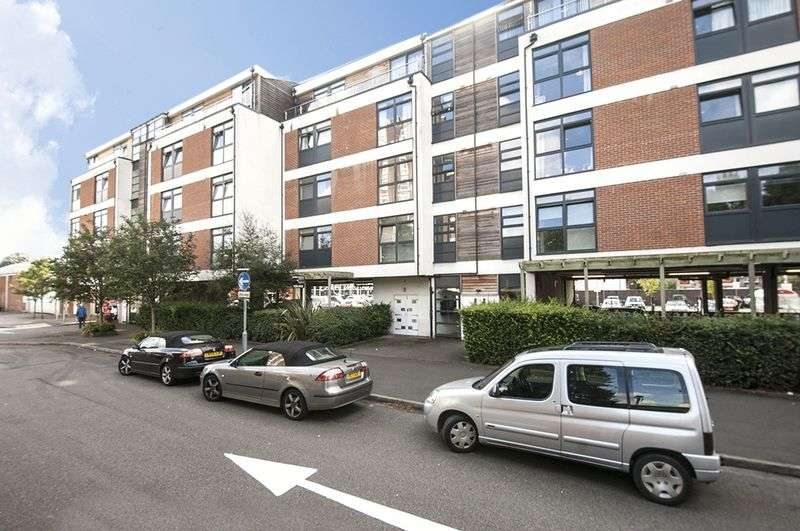 2 Bedrooms Flat for sale in Victoria Avenue, West Molesey