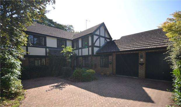 5 Bedrooms Detached House for sale in Foxdown Close, Camberley, Surrey