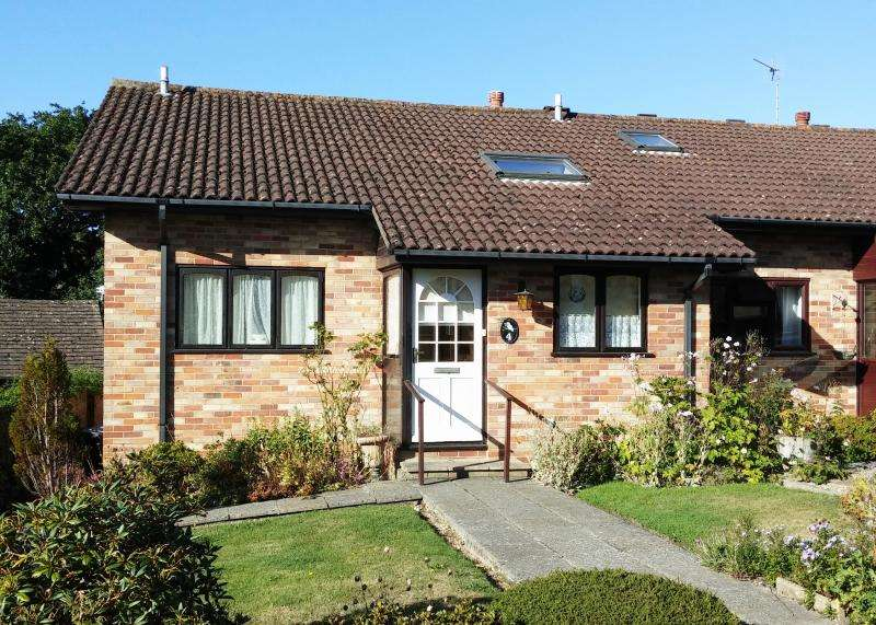 2 Bedrooms Bungalow for sale in Brecon Close, NEW MILTON, BH25