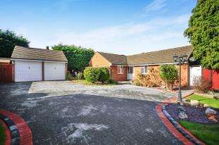 4 Bedrooms Bungalow for sale in Gainsborough Drive, Sanderstead, South Croydon