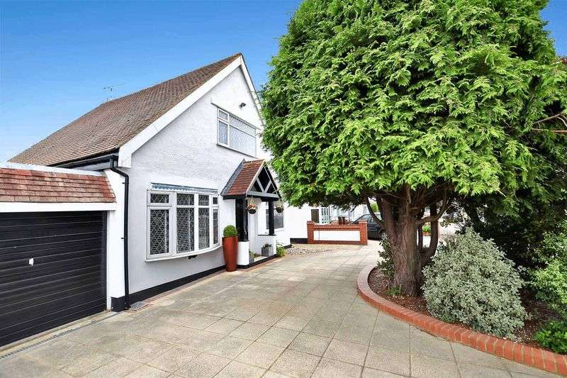 4 Bedrooms Detached House for sale in Thornford Gardens, Southend-On-Sea