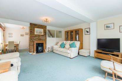 3 Bedrooms Detached House for sale in Bacons Drive, Cuffley, Potters Bar, Hertfordshire
