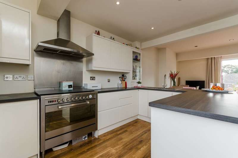 2 Bedrooms Flat for sale in Fulham Road, Parsons Green, SW6