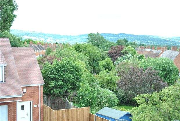 3 Bedrooms Town House for sale in St Marks Court, Tennyson Road, CHELTENHAM, Gloucestershire, GL51 7DB