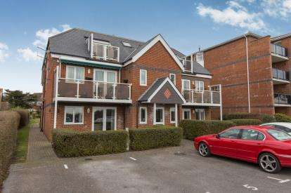 2 Bedrooms Flat for sale in 392 Sea Front, Hayling Island, Hampshire