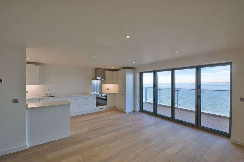 2 Bedrooms Flat for sale in Princes Esplanade, Gurnard, Isle of Wight, PO31 8BZ