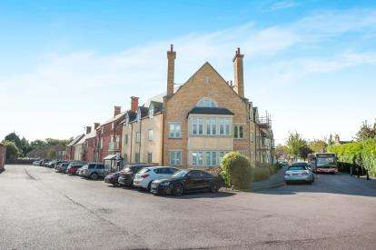 2 Bedrooms Flat for sale in Coachmans Court, Station Road, Moreton-In-Marsh, Gloucestershire
