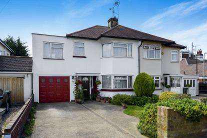 3 Bedrooms Semi Detached House for sale in Southend-On-Sea, Essex, United Kingdom