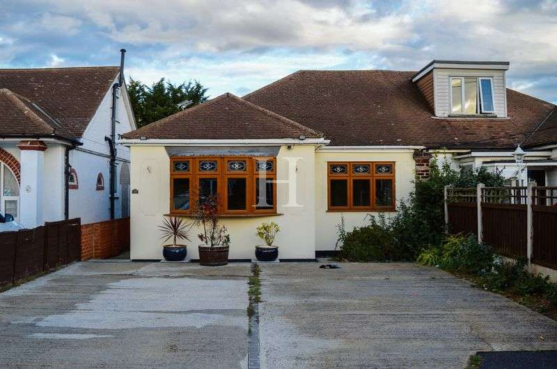 3 Bedrooms Semi Detached Bungalow for sale in Spencer Gardens, Rochford, Essex, SS4