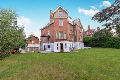 3 Bedrooms Flat for sale in 67 Baring Road, Cowes, Isle of Wight