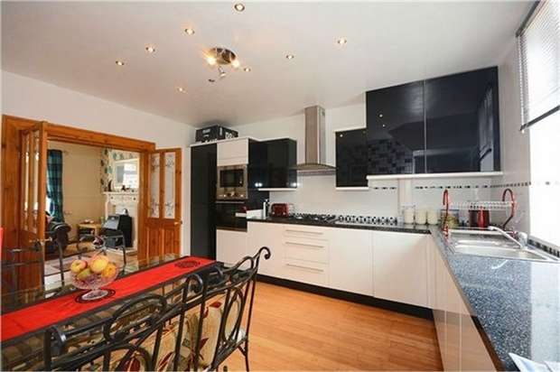 3 Bedrooms Semi Detached House for sale in Wakefield Road, Normanton, West Yorkshire
