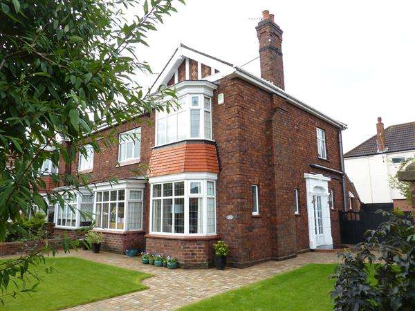 4 Bedrooms Semi Detached House for sale in CLEE ROAD, GRIMSBY