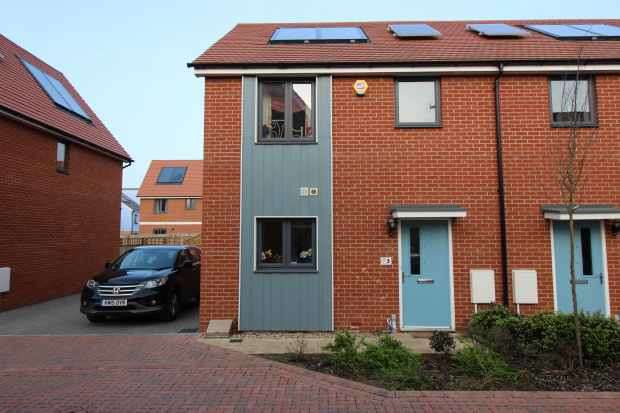 3 Bedrooms Semi Detached House for sale in Anglia Way, South Ockendon, Essex, RM15 5FN