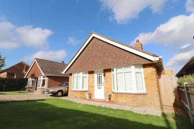 3 Bedrooms Bungalow for sale in Hailsham Road, Polegate, BN26