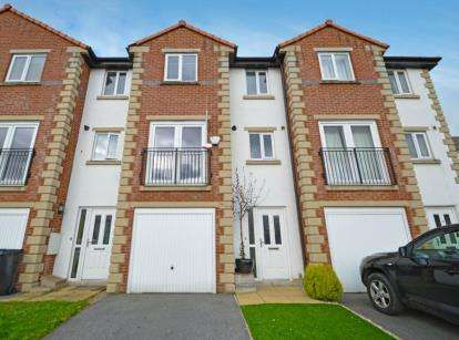 4 Bedrooms Terraced House for sale in Teasel Bank, Pudsey, West Yorkshire
