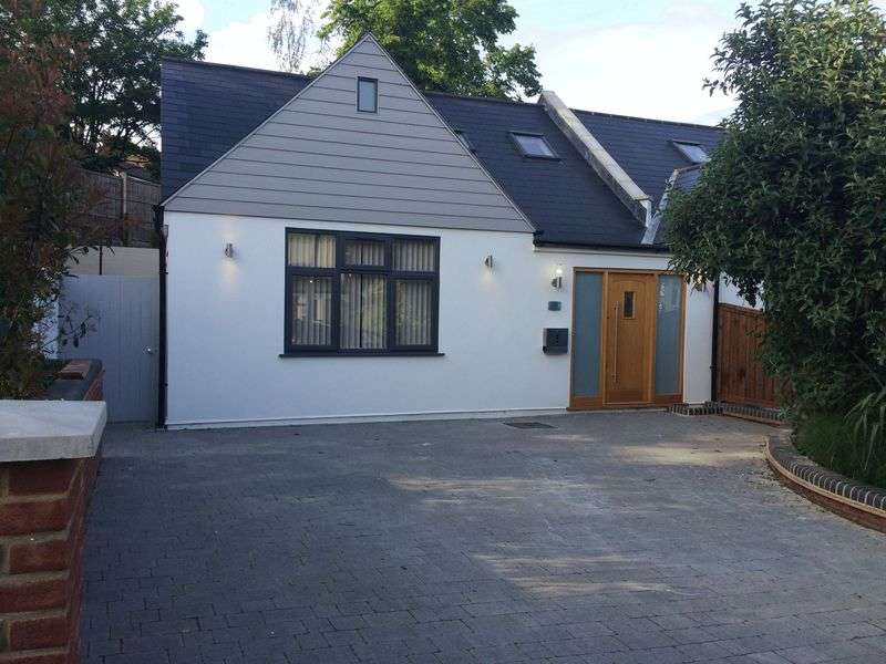 3 Bedrooms Bungalow for sale in Amberley Road, Buckhurst Hill