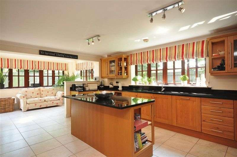 4 Bedrooms Detached House for sale in Admiral Way, Cowes